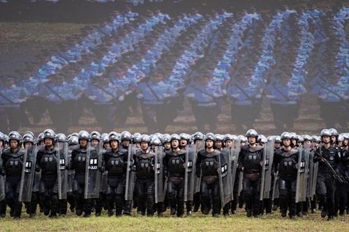 Cảnh sát Trung Quốc tham gia buổi diễn tập tại tỉnh Quảng Đông ngày 30/7. Ảnh: Reuters.