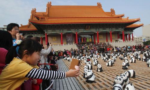 Du khách Trung Quốc xem triển lãm gấu trúc tại Đài Loan. Ảnh: AP.