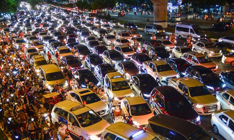 Tình trạng kẹt xe tại trung tâm TP HCM ngày càng nghiêm trọng. Ảnh: Hữu Khoa.