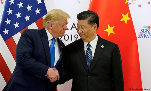 Tổng thống Mỹ Donald Trump bắt tay Chủ tịch Trung Quốc Tập Cận Bình tại Hội nghị thượng đỉnh G20 ở Osaka, Nhật Bản tháng 6 năm nay. Ảnh:Reuters.