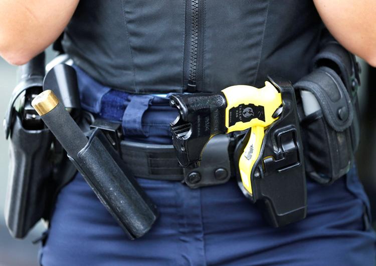 Súng điện thường được đeo bên tay không thuận, có màu nổi bật để phân biệt với súng đạn thật.
