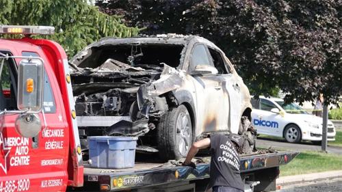 Chiếc Kona chạy điện được đưa đi khỏi hiện trường sau vụ nổ. Ảnh: Radio-Canada