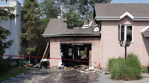 Garage bay mất cửa và thủng nóc sau vụ nổ. Ảnh: Radio-Canada