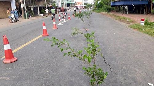 Vết nứt quốc lộ 91 xuất hiện hôm 27/7. Ảnh: An Phú