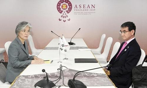 Ngoại trưởng Hàn Quốc Kang Kyung-wha (trái) và Ngoại trưởng Nhật Bản Taro Kono (phải) trong cuộc gặp bên lề Hội nghị Ngoại trưởng ASEAN, Bangkok, Thái Lan hôm nay. Ảnh: Reuters