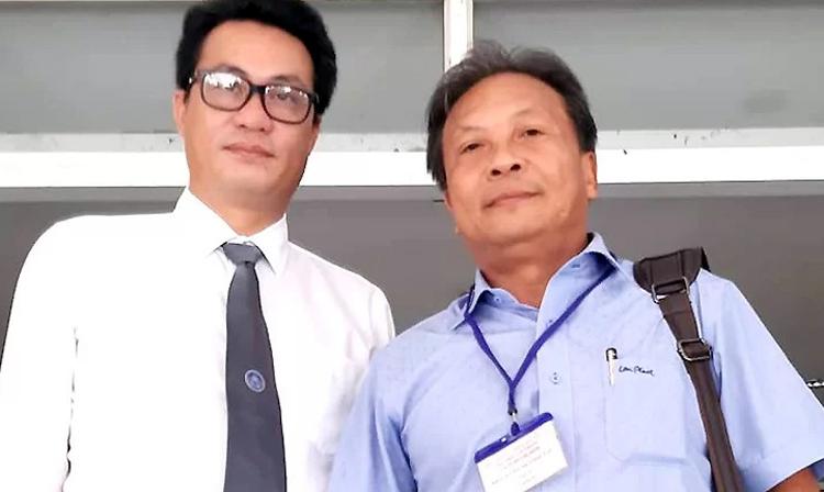 Ông Lâm cùng luật sư sau khi nhận quyết định đình chỉ bị can. Ảnh: X.D.
