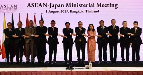 Ngoại trưởng Nhật Bản Taro Kono (thứ năm từ trái sang) và các ngoại trưởng ASEAN tại hội nghị ở Bangkok hôm nay. Ảnh: AFP.