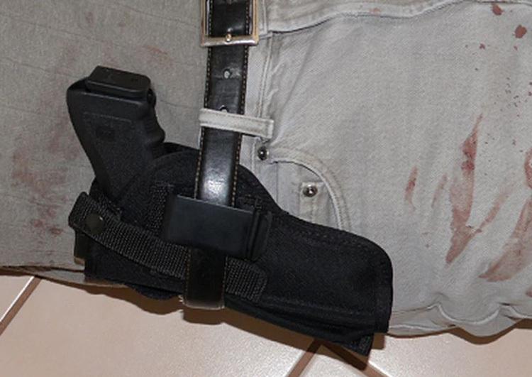 Cách đeo bao súng bất thường của người bố. Ảnh: Orlando Sentinel.