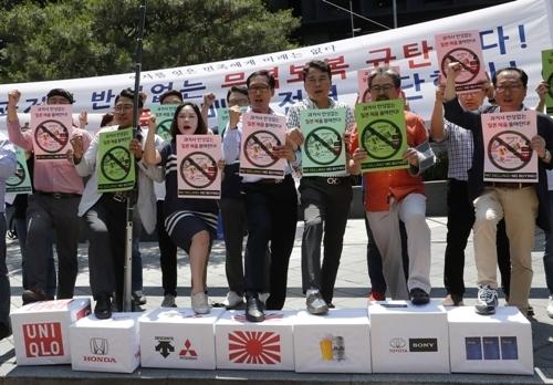 Phản đối hàng hóa Nhật Bản trước cổng đại sứ quán Nhật Bản ở Seoul. Ảnh: AP.