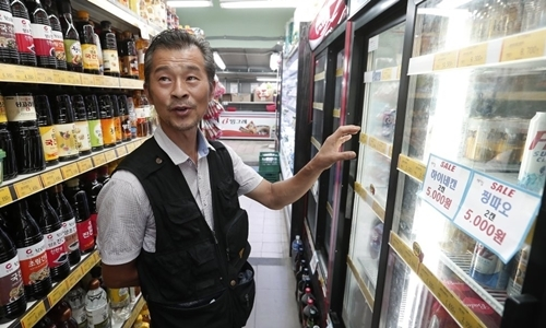 Dan Kil-su, chủ siêu thị Heemang ở Seoul, trả lời phỏng vấn hôm 30/7. Ảnh: AP.