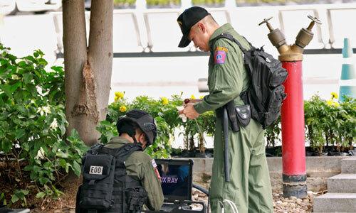 Đội rà phá bom mìn Thái Lan tại hiện trường một vụ nổ sáng nay ở Bangkok. Ảnh: Reuters.