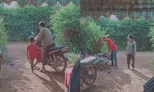 Cậu bé gài số khiến xe máy lao vào bụi cây