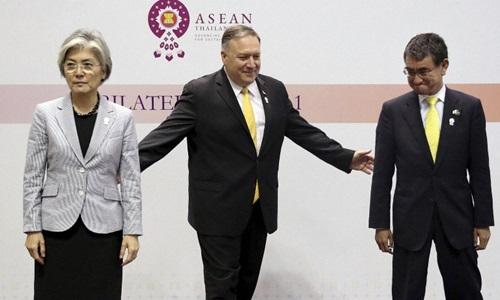 Ngoại trưởng Hàn Quốc Kang Kyung-wha, Ngoại trưởng Mỹ Mike Pompeo và Ngoại trưởng Nhật Bản Taro Kono (từ trái qua phải) tại Hội nghị Ngoại trưởng ASEAN, Bangkok, Thái Lan. Ảnh: Reuters