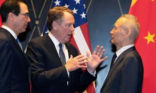 Đại diện Thương mại Mỹ Robert Lighthizer (giữa) trao đổi với Phó Thủ tướng Trung Quốc Lưu Hạc (phải) trước khi hai bên tiến hành cuộc đàm phán ở Thượng Hải hôm 31/7. Ảnh: Reuters.