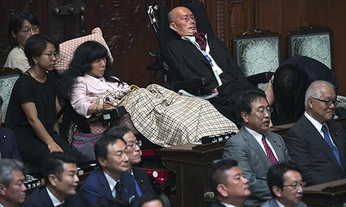 Nghị sĩ Eiko Kumura và Yasuhiko Funago (phải) tại quốc hội Nhật Bản. Ảnh: Kyodo News.