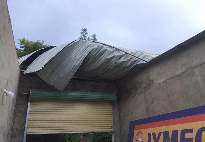 Mái tôn nhà dân bị gió thổi hư hỏng. Ảnh: Huệ Quân