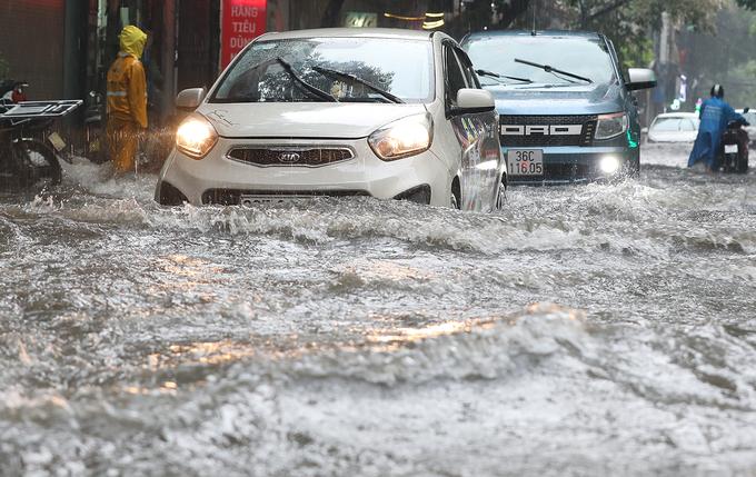 Nhiều khu vực Hà Nội ngập suốt 10 tiếng