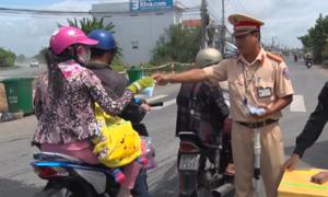CSGT An Giang phát nước suối, khẩu trang cho người dân