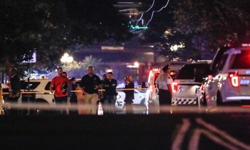 Cảnh sát và các nhà điều tra có mặt tại hiện trường vụ xả súng ở Dayton, bang Ohio, ngày 4/8. Ảnh: AP.