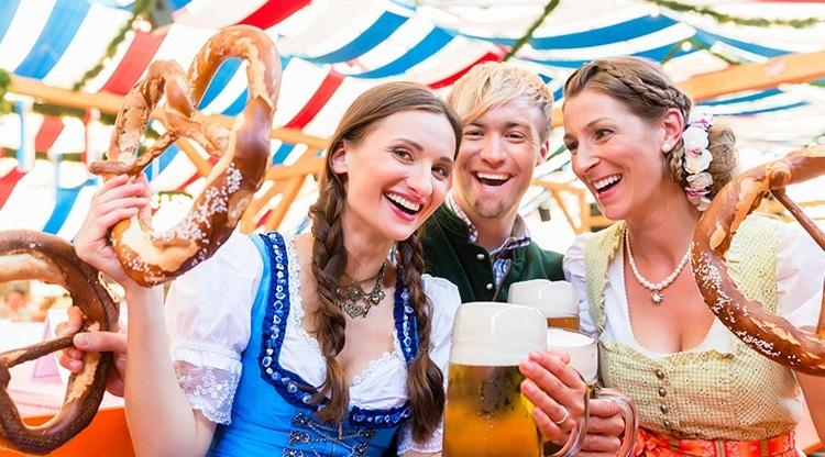 Người Đức trong lễ hội Oktoberfest. Ảnh Hofbrauhaus Las Vegas