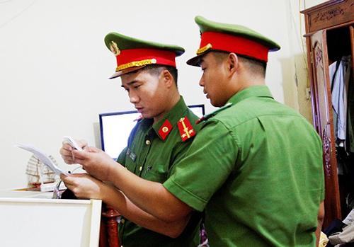 Cảnh sát kiểm tra hóa đơn, sổ sách tại công ty của bà Hậu. Ảnh: C.A