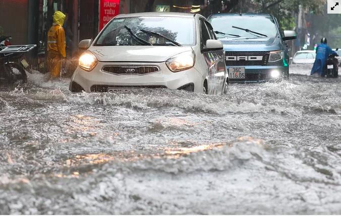 Mưa lỡn đã làm nhiều khu vực ở Hà Nội bị ngập nặng trong ngày 3/8. Ảnh: Ngọc Thành.