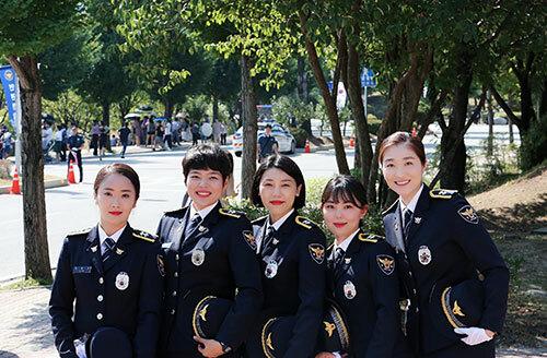 Hồng Minh (thứ hai từ trái sang) cùng các đồng nghiệp ở sở cảnh sát huyện Jangseong, tỉnh Jeolla Nam. Ảnh: Nhân vật cung cấp