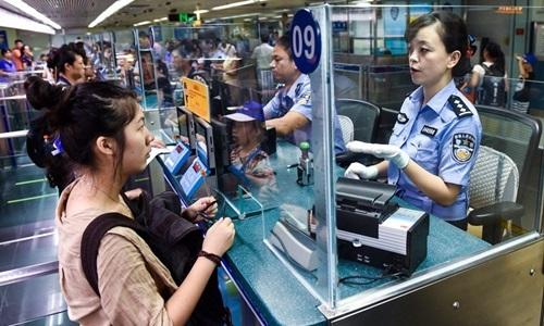 Quá trình làm thủ tục nhập cảnh vào Trung Quốc. Ảnh: Handout.