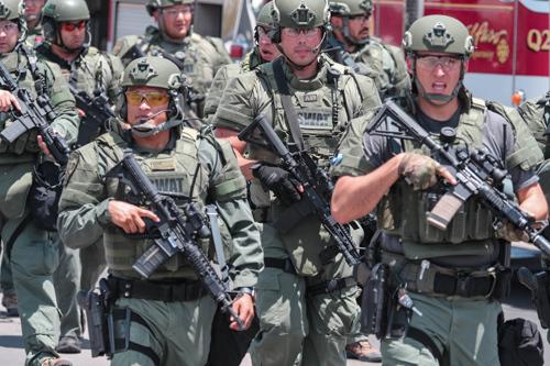 Cảnh sát và lực lượng thực thi pháp luật Mỹ bên ngoài siêu thị Walmart sau vụ xả súng hôm 3/8. Ảnh: Reuters.