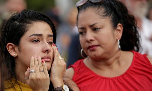 Người dân đau buồn tại lễ tưởng niệm các nạn nhân vụ xả súng siêu thị Walmart ở Texas hôm 4/8. Ảnh: Reuters.