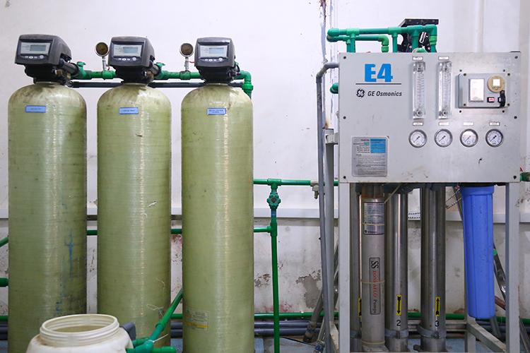 Hệ thống xử lý nước RO được các nhà khoa học dựng lại. Ảnh: Phạm Dự.