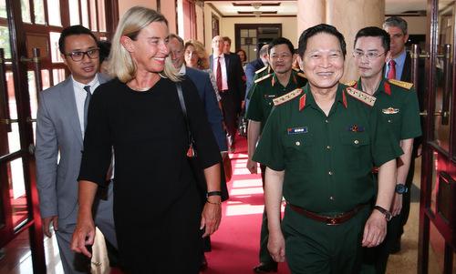 Bà Mogherini (áo đen) và Bộ trưởng Ngô Xuân Lịch trước cuộc hội kiến hôm 5/8. Ảnh: EEAS.