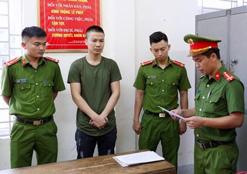 Trọng Hùng (thứ 2 từ trái qua) nghe đọc quyết định khởi tố. Ảnh: Công an Hà Tĩnh