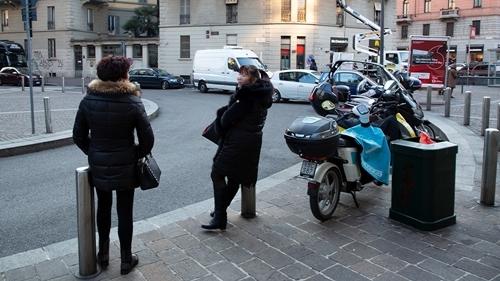 Hai phụ nữ Trung Quốc hành nghề mại dâm trên đường phố Italy. Ảnh: AJ.