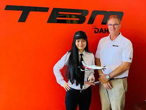 Anh Thu và giám đốc hãng sản xuất máy bay Pháp Daher. Ảnh: Twitter