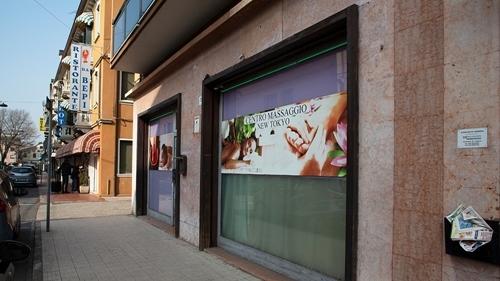 Một tiệm mát xa Trung Quốc ở Italy. Ảnh: AJ.