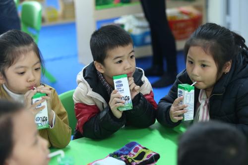 Trẻ ở một cơ sở mầm non trong giờ uống sữa học đường. Ảnh: Ngọc Thi