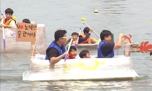 Dân Hàn Quốc tổ chức đua thuyền bằng giấy bìa trên sông