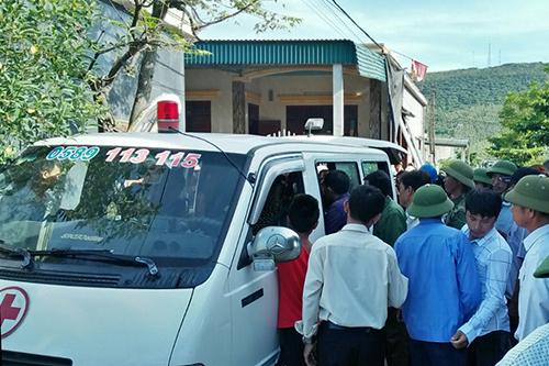 Xe cấp cứu đưa các nạn nhân về nhà. Ảnh: Quang Hà