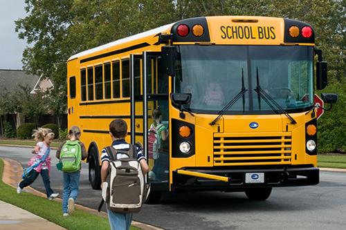 Trẻ em đi học bằng xe buýt trường học ở Mỹ. Ảnh: Macallister transportation