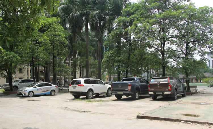 Khu vực tài xế Phiên khai đã đậu xe gần 9 tiếng songkhông biếtbé Long vẫn ở bên trong. Ảnh chụp sáng 7/8: Thanh Hằng