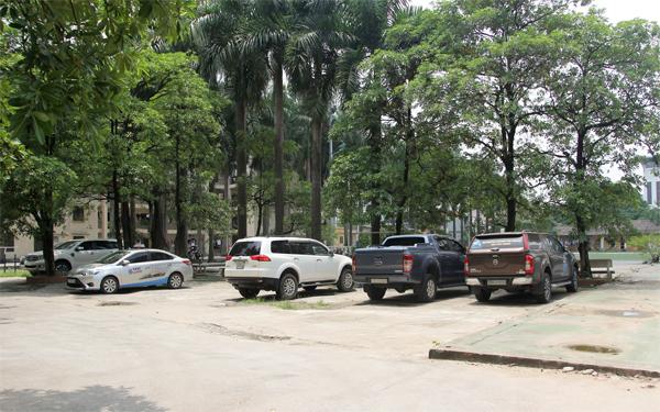 Bãi xe Học viện Báo chí và Tuyên truyền, nơi chiếc Ford Transit đưa đón cháu Long đậu cả ngày hôm qua. Nhiệt độ ngoài trời ở Hà Nội hôm qua dao động 33-35 độ C. Ảnh: Thanh Hằng.