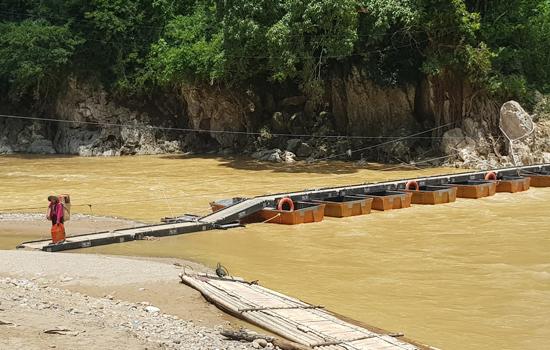 Cầu phao qua sông Luồng