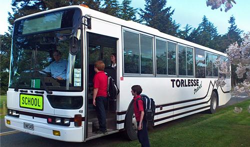 Học sinh lên xe buýt đến trường ở Canterbury, New Zealand. Ảnh: Torlessetravel