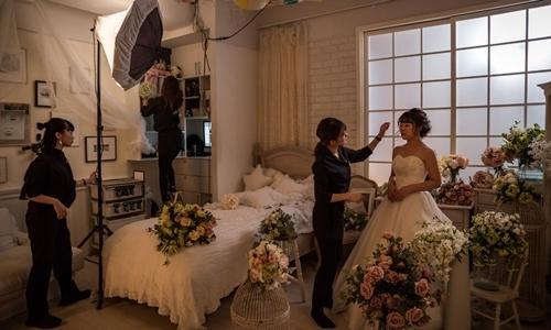 Kanae Ito, 25 tuổi, chuẩn bị chụp ảnh cưới độc thân trong một studio ở Tokyo. Ảnh: NYT.