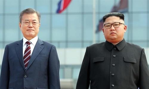 Tổng thống Hàn Quốc Moon Jae-in (phải)và Chủ tịch Triều Tiên Kim Jong-un (trái)tại Bình Nhưỡng tháng 9/2018. Ảnh: Reuters.