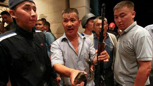 Người ủng hộ mang súng AK canh gác tại nhà của Atambayev. Ảnh: BBC.