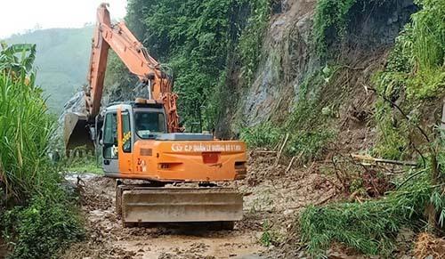 Máy xúc được huy động thông đường về thị trấn Mường Lát. Ảnh: Lam Sơn.