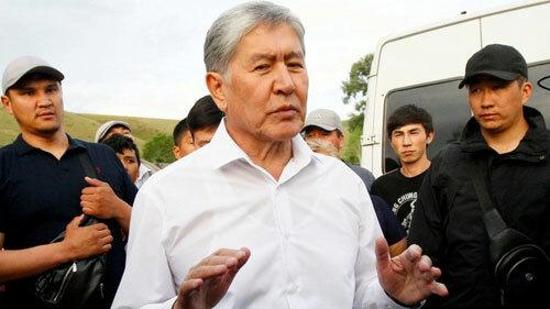 Atambayev (áo trắng) giữa những người ủng hộ. Ảnh: BBC.