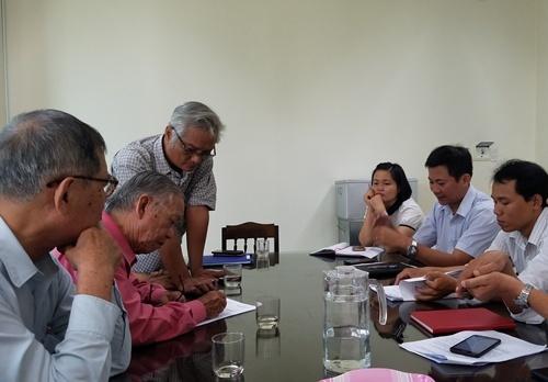 Hội đồng Nguyễn Phúc tộc ký biên bản thỏa thuận với chủ đầu tư. Ảnh: Võ Thạnh